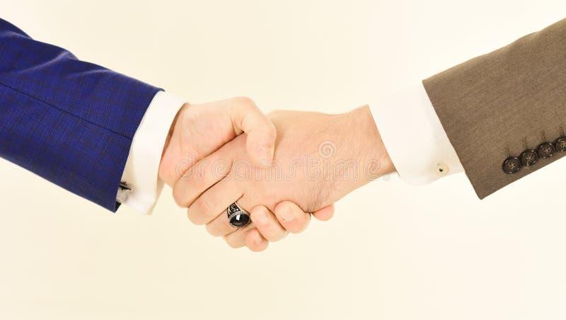 Affärsöverenskommelse- och partnerskapbegrepp Manhänder som isoleras på vit arkivfoto