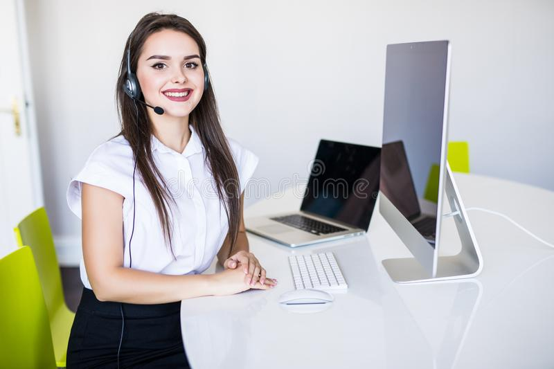 Affärs-, kommunikations-, teknologi- och appellmittbegrepp - vänlig kvinnlig helplineoperatör med hörlurar och datorappell arkivfoton