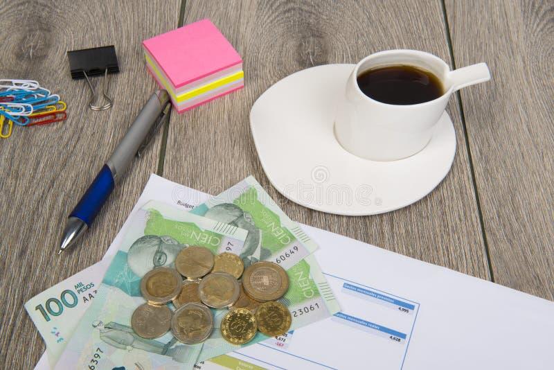 Affärs- och budgetplanläggning med colombianska pengar arkivbilder