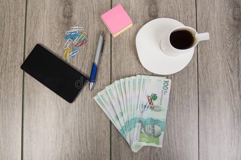 Affärs- och budgetplanläggning med colombianska pengar fotografering för bildbyråer