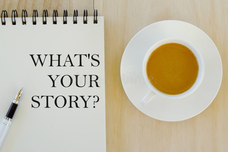 Affärs- och finansbegrepp Bästa sikt av pennan, en skriftliga kopp kaffe och anteckningsboken en fråga What' s din berättels royaltyfri illustrationer