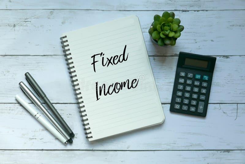 Affärs- och finansbegrepp Bästa sikt av växten, räknemaskinen, pennan och anteckningsboken som är skriftliga med fast inkomst arkivfoto