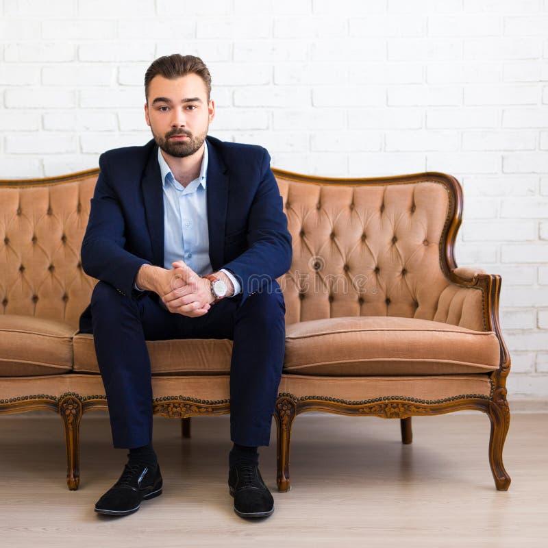 Affärs- och framgångbegrepp - stiligt skäggigt mansammanträde på v fotografering för bildbyråer