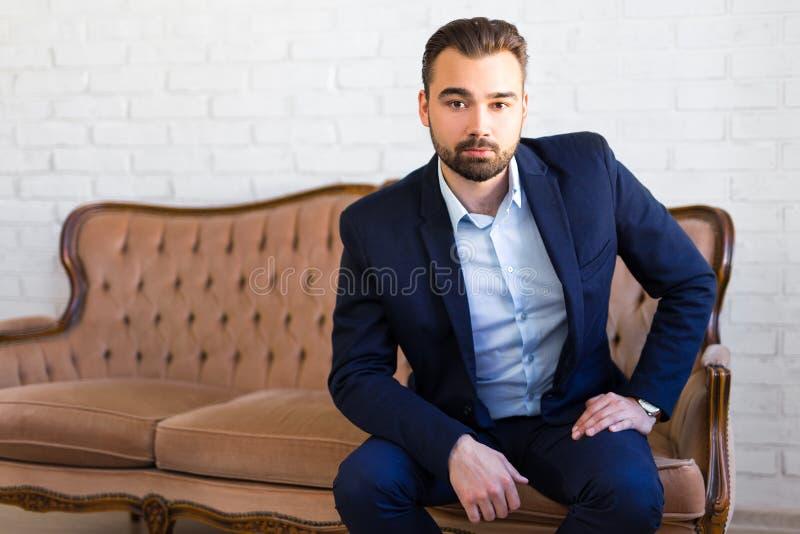 Affärs-, rikedom- och framgångbegrepp - stilig man i affär royaltyfri bild