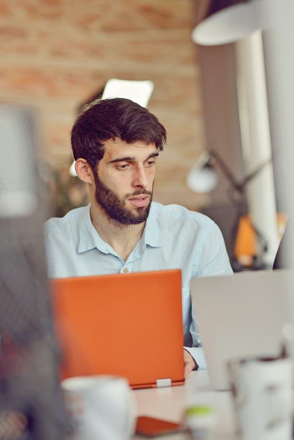 Affärs-, start- och folkbegrepp - affärsman eller idérik manlig kontorsarbetare med datoren som dricker kaffe arkivbilder