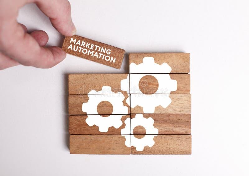 Affärs-, teknologi-, internet- och nätverksbegrepp Den unga affärsmannen visar ordet: Marknadsföringsautomation royaltyfria bilder
