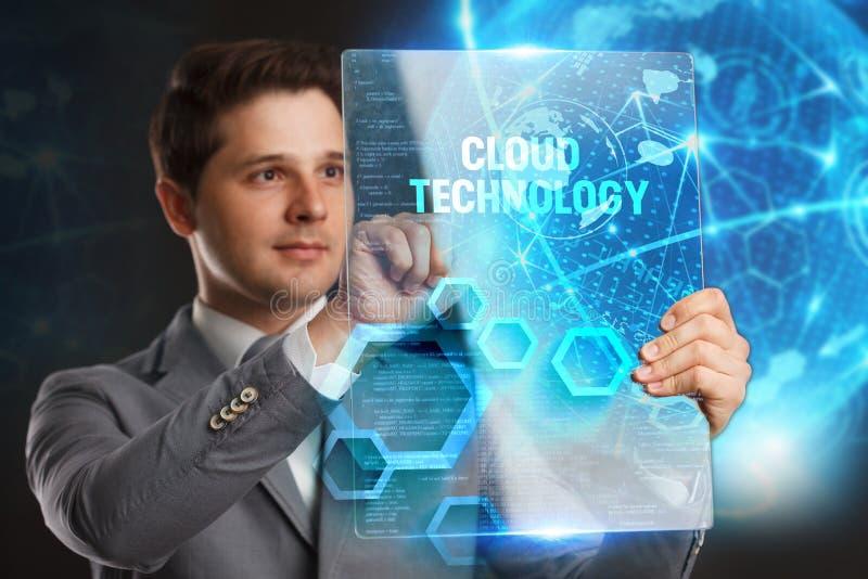 Affärs-, teknologi-, internet- och nätverksbegrepp Ung affärsman som visar ett ord i en faktisk minnestavla av framtiden: Molntec royaltyfri foto