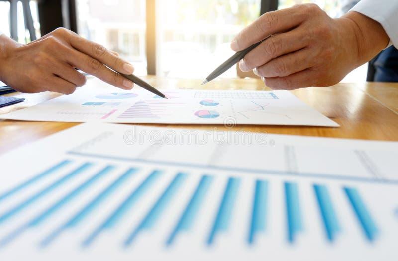 affärsaffärsmannen, i möte av analyser, kartlägger graphy royaltyfri foto
