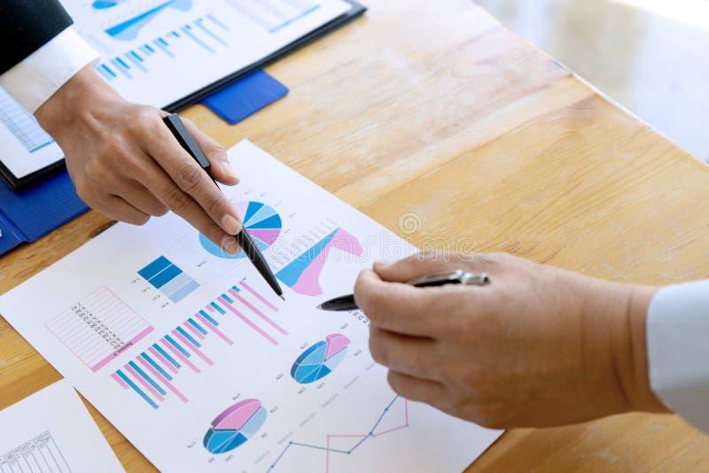 affärsaffärsmannen, i möte av analyser, kartlägger graphy fotografering för bildbyråer