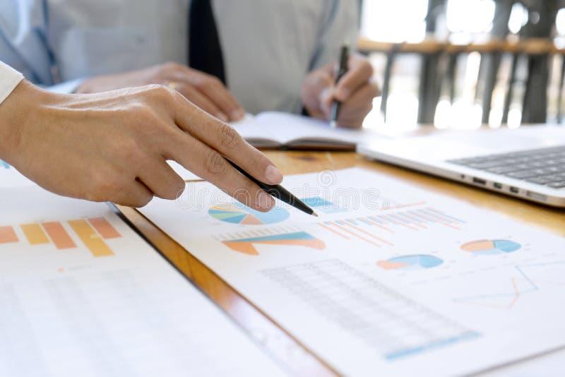 affärsaffärsmannen, i möte av analyser, kartlägger graphy royaltyfria bilder