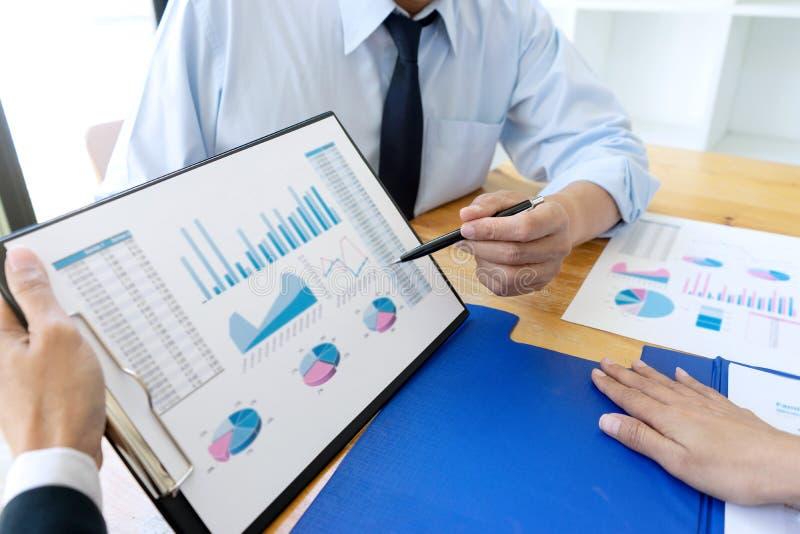 affärsaffärsmannen, i möte av analyser, kartlägger graphy arkivbild