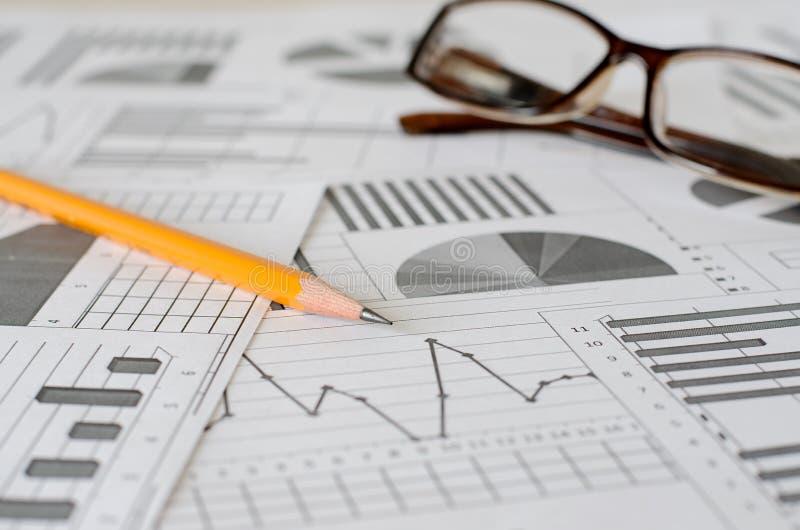 Affärsanalytics, grafer och diagram En schematisk teckning på papper arkivbilder