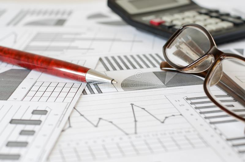Affärsanalytics, grafer och diagram Penna exponeringsglas, räknemaskin arkivbild