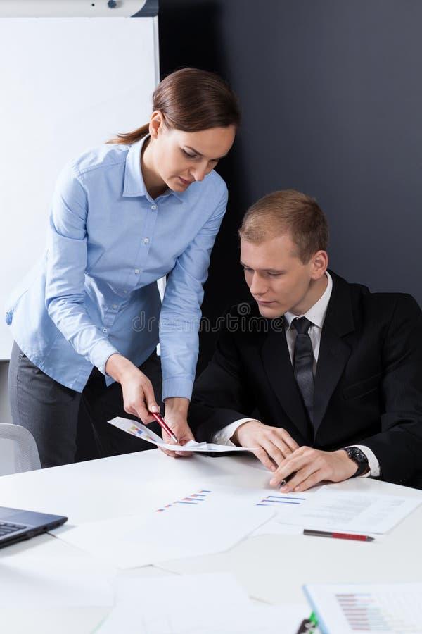 Affärsarbetare under deras jobb royaltyfria bilder