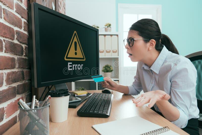 Affärsarbetarkvinna som ser information om fel arkivbilder