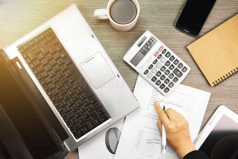 Affärsarbete, affärsmannen som analyserar investering, kartlägger med bärbara datorn royaltyfria foton
