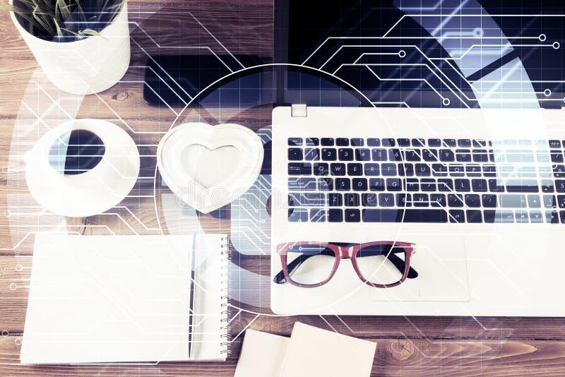 Affärsarbetsplats med nolla för begrepp för för bärbar datorkaffekopp och säkerhet arkivbild
