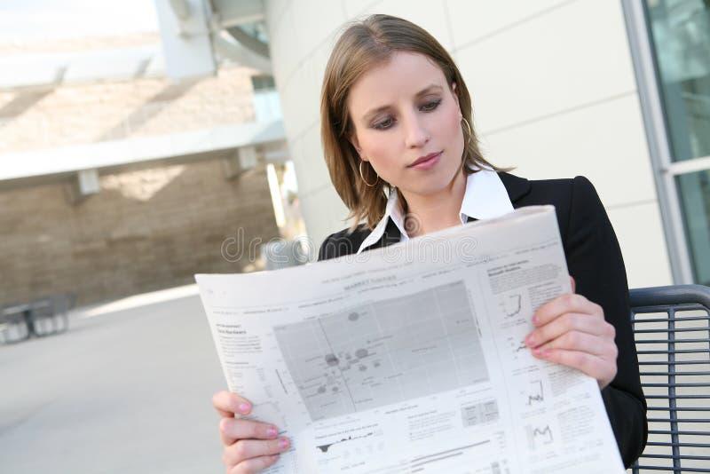 affärsavläsningskvinna arkivfoto
