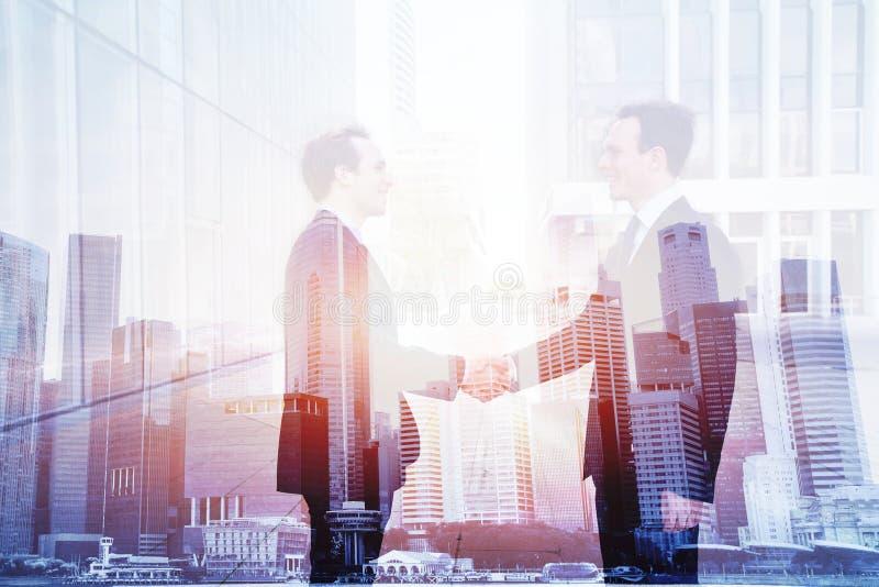 Affärsavtal, dubbel exponering för handskakning, samarbetsbegrepp arkivfoton