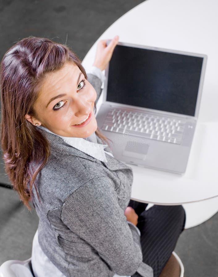 affärsbärbar datorkvinna royaltyfri foto
