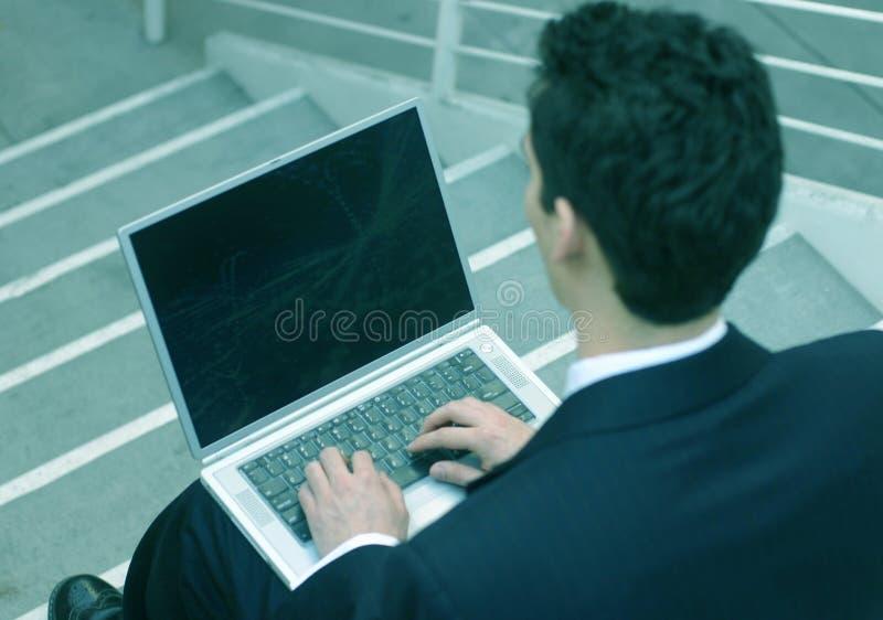 affärsbärbar datorman fotografering för bildbyråer