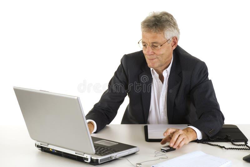 affärsbärbar datorman arkivfoton