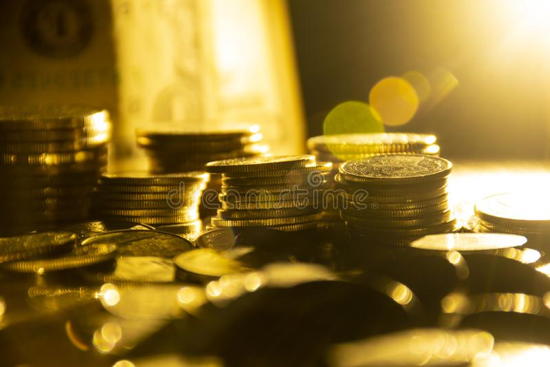 Affärsbakgrund av finansiella mynt för pengar på mörk bakgrund arkivfoton