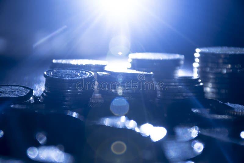 Affärsbakgrund av finansiella mynt för pengar på mörk bakgrund royaltyfria bilder