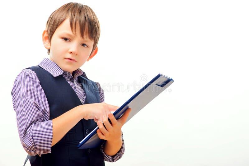 Affärsbarn i dräkt och band som poserar med a arkivfoton