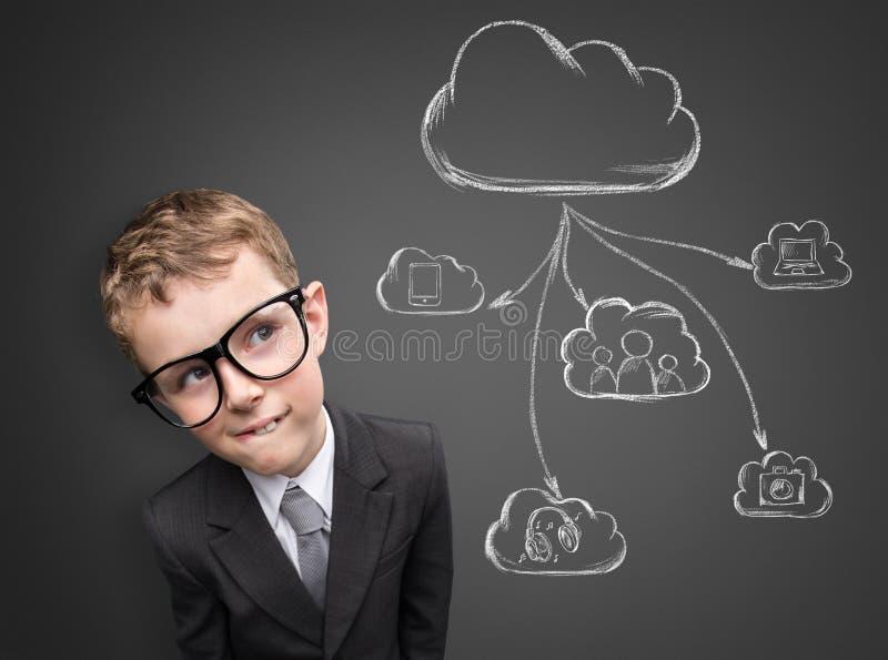 Affärsbarn som tänker om framtida teknologi royaltyfri bild
