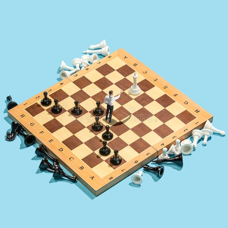 Affärsbeslutsfattandebegrepp Miniatyrfolk: småföretagarediagram anseende och gå på schackbrädet med royaltyfri fotografi