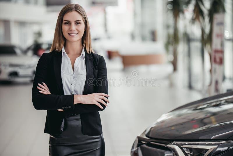 Affärsbiträde på bilåterförsäljaren fotografering för bildbyråer