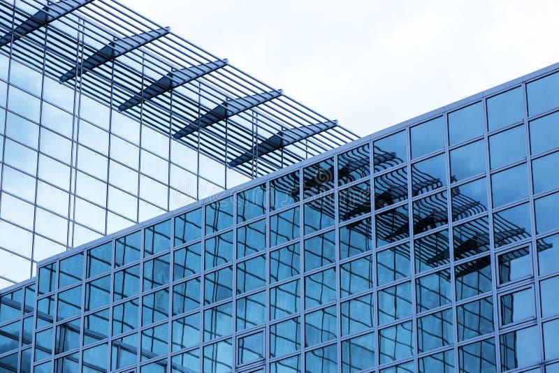 Affärsbyggnad med modern exponeringsglasyttersida på bakgrund för blå himmel arkivfoto