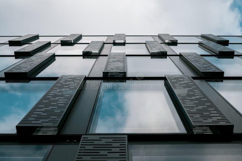 Affärsbyggnad som underifrån ses fotografering för bildbyråer