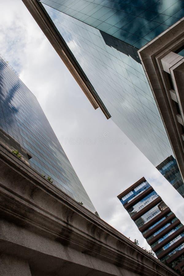 Affärsbyggnader gör en korridor av exponeringsglas royaltyfria bilder