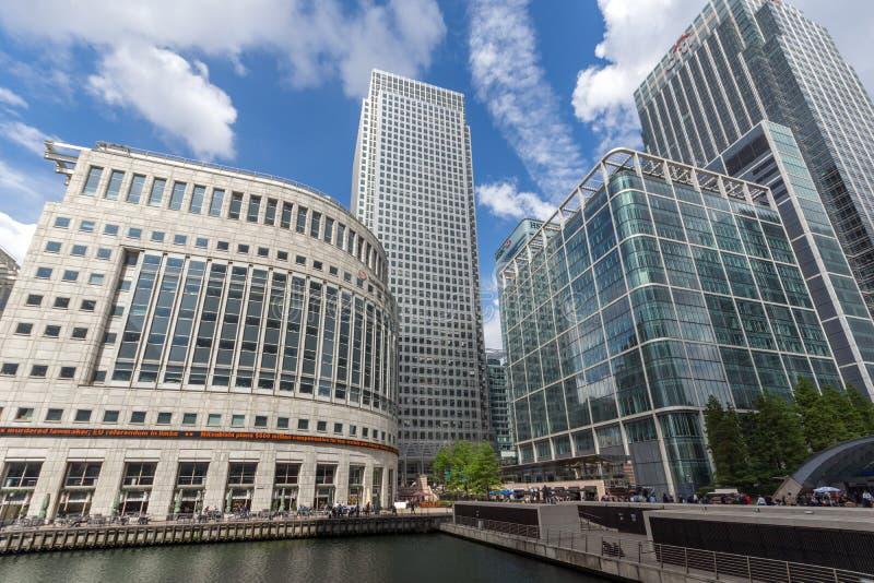 Affärsbyggnader och skyskrapor i Canary Wharf, London, England, Storbritannien arkivfoton