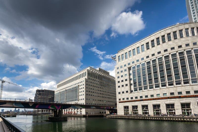 Affärsbyggnader och skyskrapor i Canary Wharf, London, England, Storbritannien royaltyfri bild