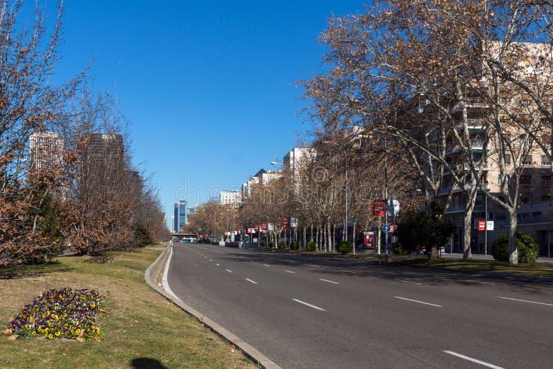 Affärsbyggnader på den Paseo de la Castellana gatan i stad av Madrid, Spanien royaltyfria bilder
