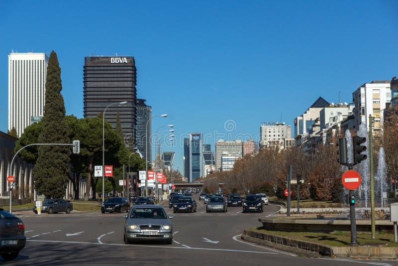Affärsbyggnader på den Paseo de la Castellana gatan i stad av Madrid, Spanien arkivbilder