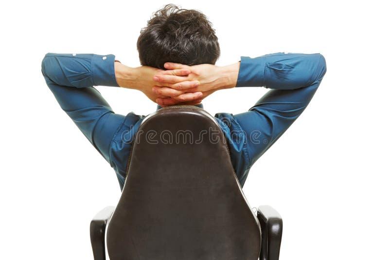 Affärschef med händer bak hans huvud arkivfoto