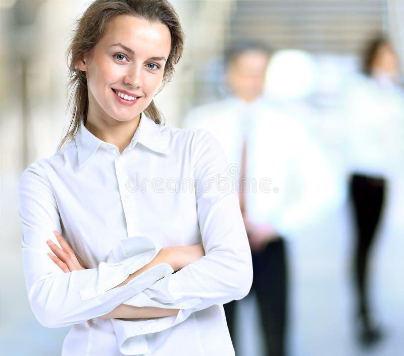 Affärsdam med positiv blick och gladlynt posera för leende arkivfoton