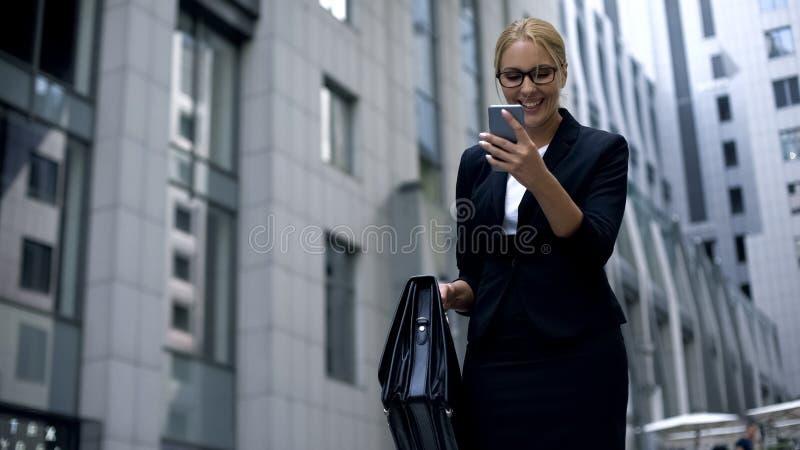Affärsdam som är upphetsad om goda nyheter från telefonen, lyckat avtal, befordran royaltyfri bild