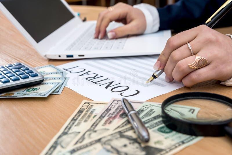 Affärsdamen undertecknar avtalar, dollaren, räknemaskin royaltyfria foton