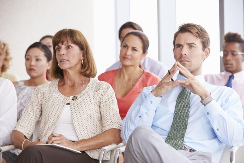 Affärsdelegater som lyssnar till presentationen på konferensen royaltyfri fotografi