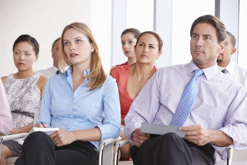 Affärsdelegater som lyssnar till presentationen på konferensen fotografering för bildbyråer
