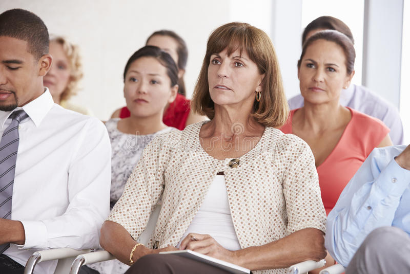 Affärsdelegater som lyssnar till presentationen på konferensen arkivbild
