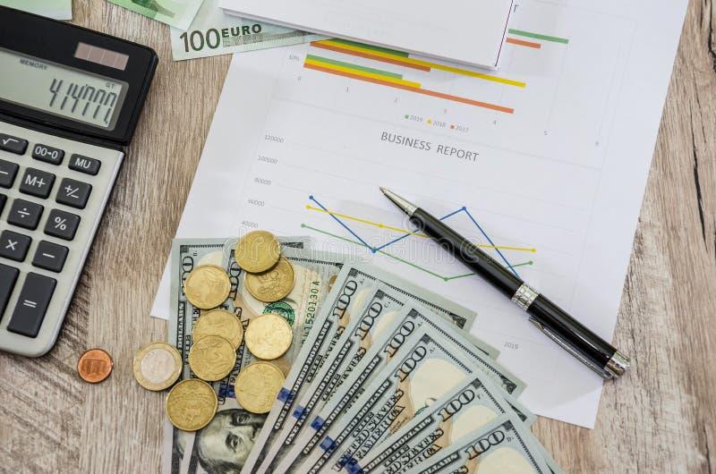 Affärsdiagram, euro, dollar, räknemaskiner och mynt ovanf?r sikt arkivbilder