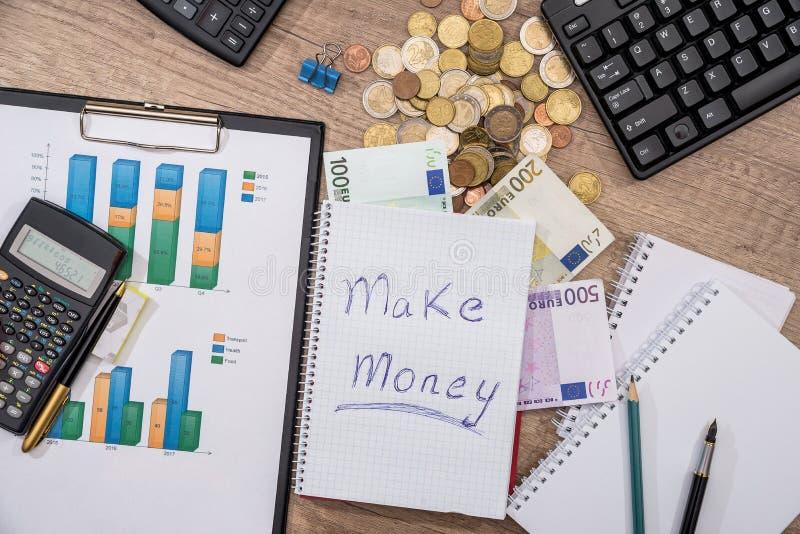 affärsdiagram, eurosedlar, penna, räknemaskin, penna, mynt, tangentbord Top beskådar äganderätt för home tangent för affärsidé so royaltyfri bild