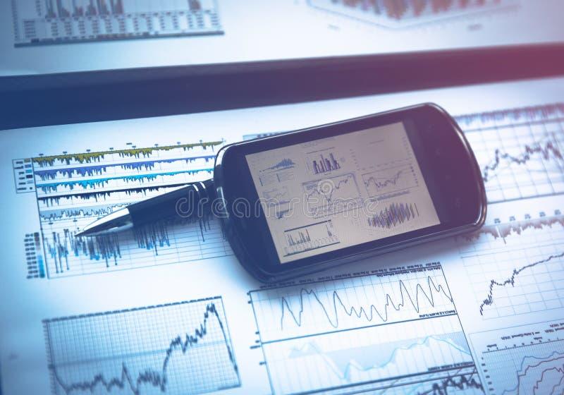 Affärsdiagram med den smarta telefonen royaltyfria foton