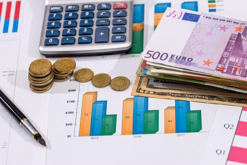 Affärsdiagram med euromynt, euroräkningar fotografering för bildbyråer